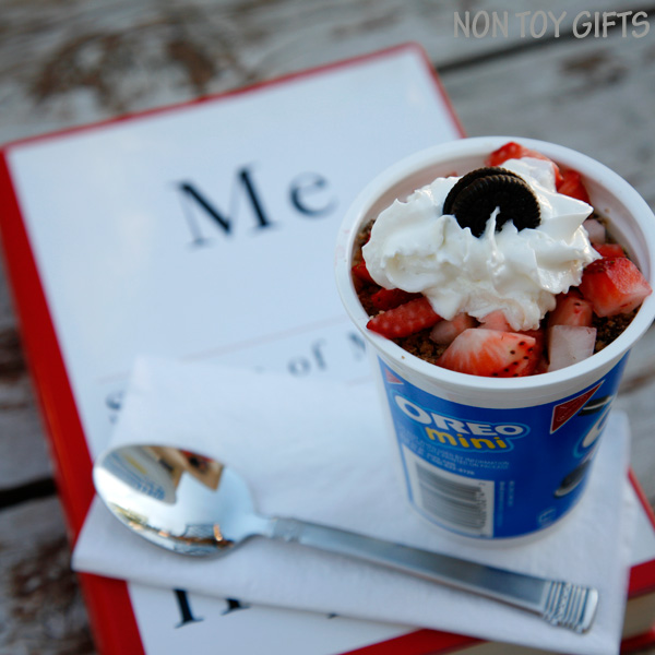 Chocolate and strawberry treat - a great snack on the go that you can make in no time. Perfect for busy moms. Pair it with a good book and enjoy it outdoors.   at Non Toy Gifts