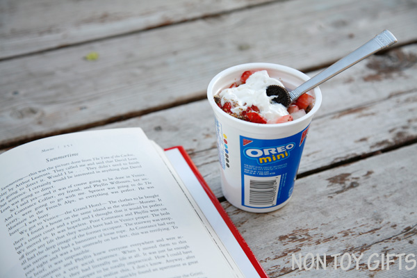 Chocolate and strawberry treat - a great snack on the go that you can make in no time. Perfect for busy moms. Pair it with a good book and enjoy it outdoors. | at Non Toy Gifts
