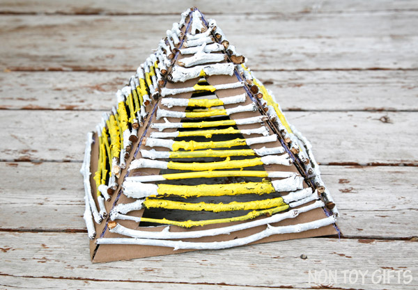 Building pyramids with nature elements (sticks and twigs) is a great craft for preschoolers. They learn architecture, Egypt's history and express their creativity through paint. Place a flameless candle underneath the pyramid and it makes a great lantern. Stick pyramid - nature craft | at Non Toy Gifts