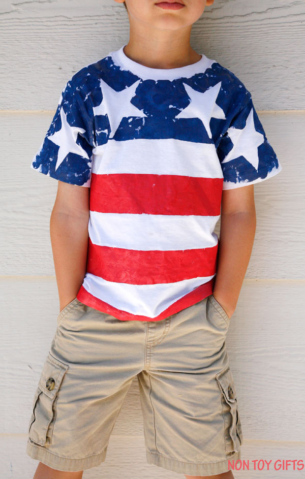 DIY American flag shirt for kids to make. This is an easy patriotic craft for 4th of July, Memorial Day or Flag Day. | at Non Toy Gifts