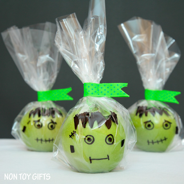 These healthy Frankenstein treats are a great alternative to the usual Halloween candy. Perfect treats for kids with food allergies. | at Non Toy GIfts
