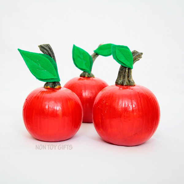 Easy apple pumpkin craft for kids. Perfect for toddlers or older kids. Paint small pumpkins red and glue a few green leaves. | at Non Toy Gifts