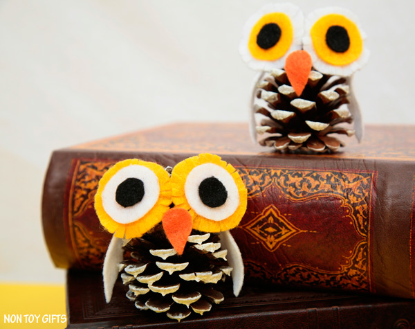 A fun pine cone winter owl craft for kids to practice their fine motor and scissors cutting skills. Winter craft for preschoolers and kindergartners. | at Non-Toy Gifts