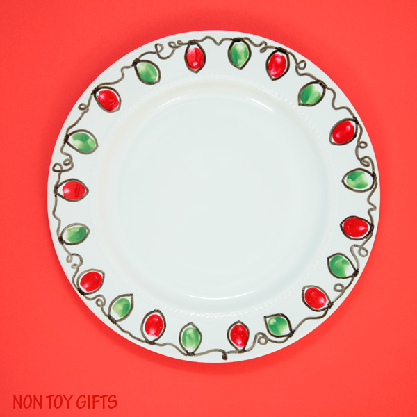 This Christmas plate gift is a fun and easy kid-made present for grandparents, babysitter or teacher. Use this fingerprint Christmas light craft idea also for mugs or bowls. | at Non-Toy Gifts