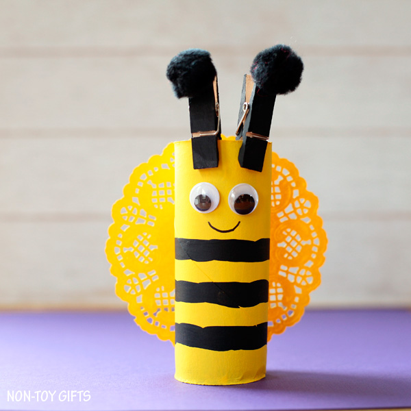 Easy clothespin and paper roll bee craft for kids. This easy spring craft is perfect for an insect study unit in the classroom. Toddlers and preschoolers will love it. | at Non-Toy Gifts