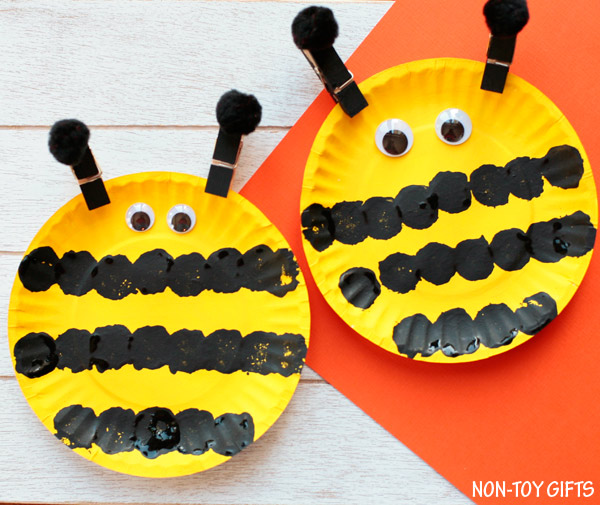 Easy paper plate bee craft for preschoolers and older kids. This easy spring craft is : paper plate crafts for spring - pezcame.com