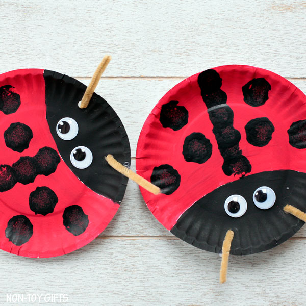 Easy paper plate ladybug craft for preschoolers and older kids. This easy spring craft is perfect for an insect study unit in the classroom. | at Non-Toy Gifts