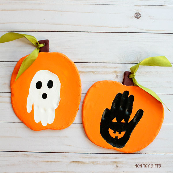 Handprint Halloween keepsake for kids