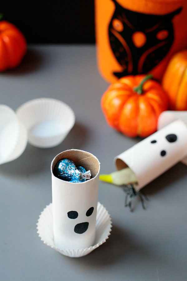 DIY paper roll ghost Halloween gifts for kids to take to school. Fun and easy Halloween craft