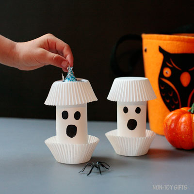 Paper roll ghosts – DIY Halloween treat gifts