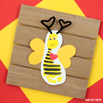 Footprint bee Valentine card to make with kids