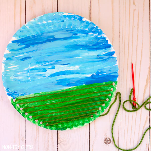 Yarn and paper plate craft