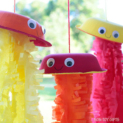 Paper bowl jellyfish craft for kids to make this summer