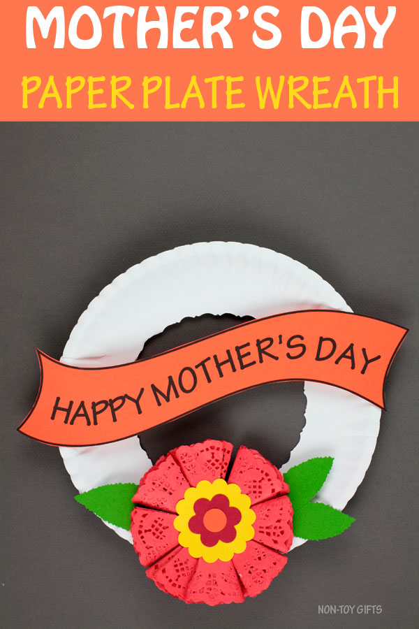 Mother's Day paper plate wreath for kids. Mother's Day flower craft. #mothersdaycraft #mothersdayflowercraft #nontoygifts